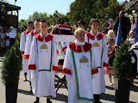 03 A Szent Korona őrök várják az ereklyét.JPG