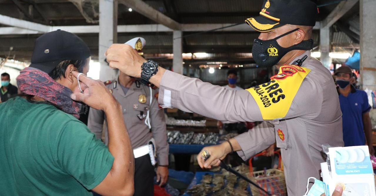 Kapolres Soppeng Bagi- Bagi Masker Guna Cegah Penyebaran Covid-19