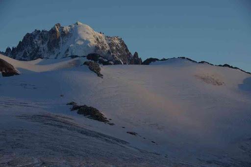 L'aiguille Verte et le glacier du glacier du Tour au crépuscule, du refuge Albert Ier