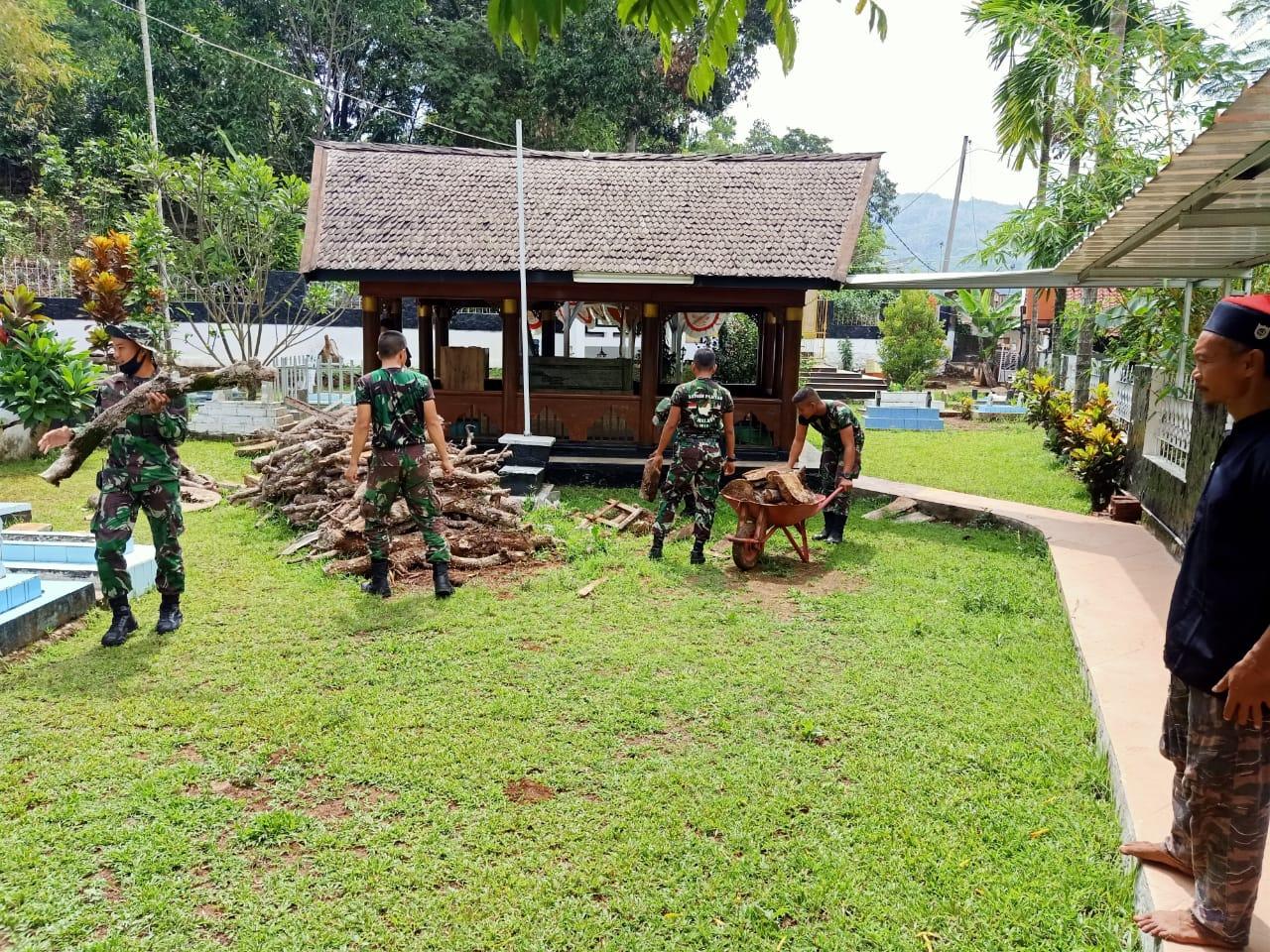 Prajurit  Raider 301/PKS Bersihkan Makam Cut Nyak Dien di Gunung Puyuh