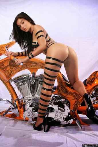 Mulher em moto vestindo Fita, gostosa na moto enrolada em fita, gostosa em moto com roupa exótica,babe on bike, Women on bike, Babe on bike with tape,ragazza in moto,donna calda in moto,femme chaude sur la moto,mujer caliente en motocicleta,chica en moto,heiße Frau auf dem Motorrad
