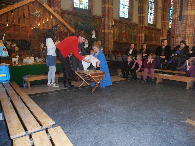 Kindje wiegen St. Agathakerk 2013 - PC251138.JPG
