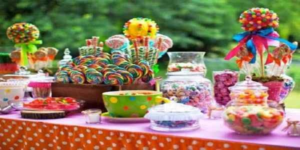 Abundantes dulces para servir en una fiesta