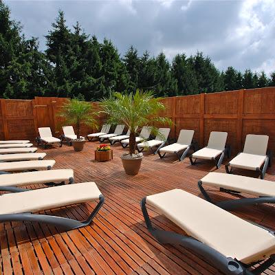 Découvrez notre magnifique terrasse et profitez en pour prendre des couleurs !