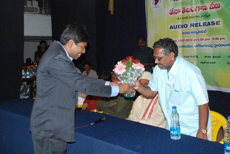 TeNA coordinator Srinivas Palthepu presenting bouquet to Gorati Venkanna