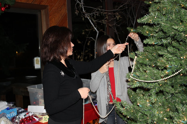 2009 Clubhouse Christmas Decorating Party - IMG_2585.JPG