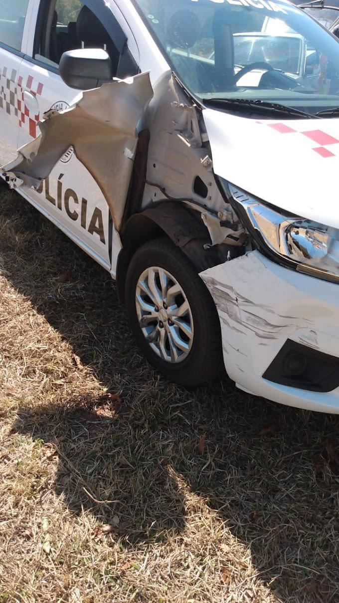 Homem atropela policial e bate em viatura da PM durante fuga em Bilac