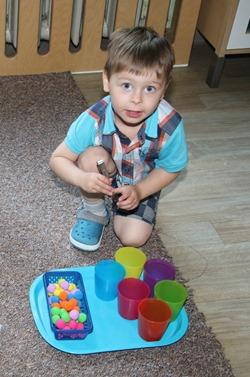 Aktions-Tabletts mit selbsterklärenden Aufgaben für die Kleinsten