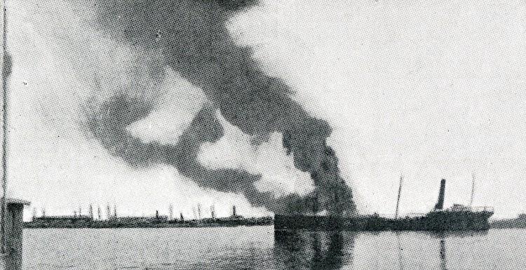 Aunque de mala calidad, el valor historico es notable. Esta foto muestra el buque incendiado en el interior de la rada de Alicante. De la revista LA VIDA MARITIMA. Año 1915.jpg