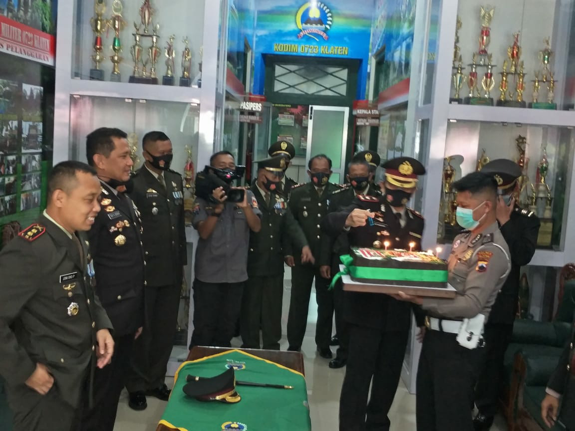 HUT TNI Ke-75 Jajaran Polres Klaten Bikin Kejutan Di Makodim 0723/Klaten