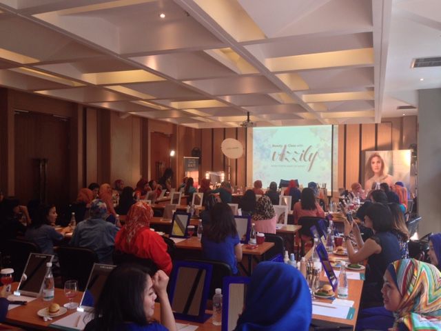 Estée Lauder Makeup Class With Vizzily