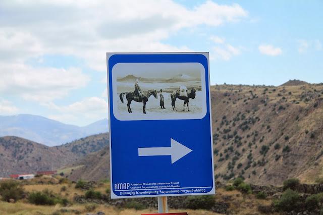 Po drodze ciągle dużo znaków informujących o szlaku Jedwabnym