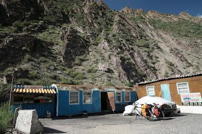 Nach 41 km stärken wir uns in diesem Café auf 2600 m Höhe