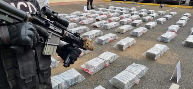 Golpe al narco: En persecución marítima  decomisan 900 paquetes de droga