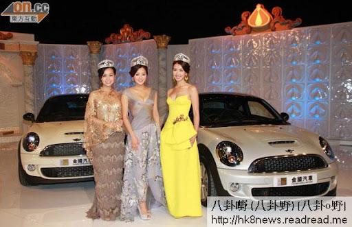 出爐港姐冠軍張名雅(中)、亞軍黃心穎(左)及季軍朱千雪代表送出名車。