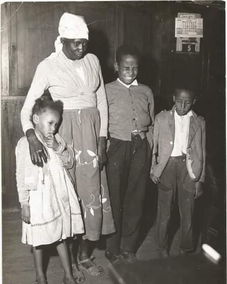 Escritora Carolina Maria de Jesus com seus filhos.