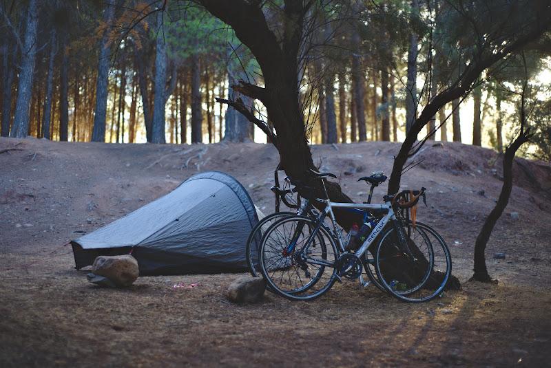 Locul de cort din prima noapte, la marginea padurii.