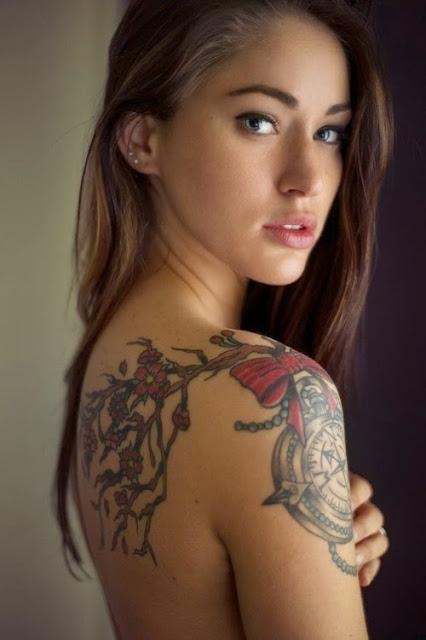 Flores com relogio e arco combinacao tatuagem desenhos para as mulheres Isso e olhando bonito na menina do Ombro