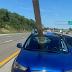 Carro é atingido por madeira e passageiros escapam por pouco