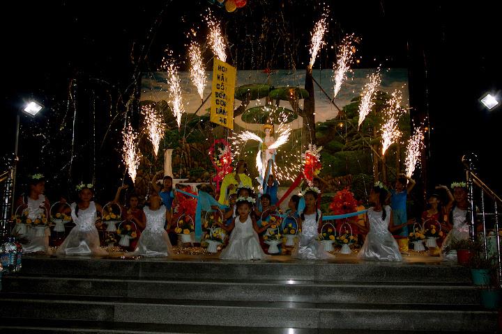 Hình ảnh thánh lễ tạ ơn và dâng hoa kính Đức Mẹ kết thúc tháng Mân Côi tại Giáo xứ Phú Phong
