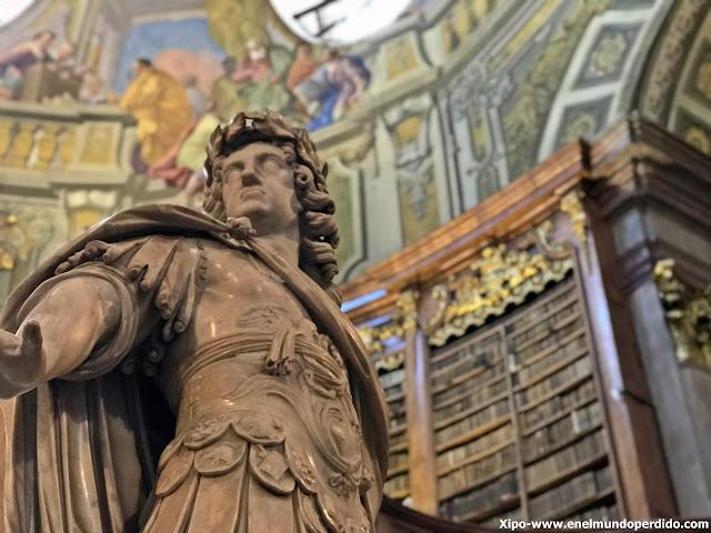 estatua-carlos-vi-biblioteca-nacional-de-austria-viena.JPG