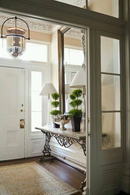 normalmente solemos colocar espejos en el recibidor o entrada de la casa y a parte de ser funcional para darnos el ltimo retoque antes de salir