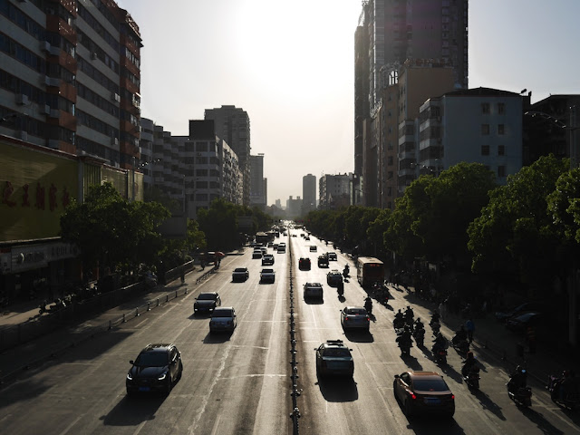 looking west from a pedestrian bridge over Chuanshan Avenue in Hengyang (衡阳船山大道)