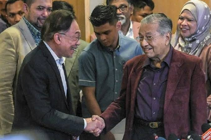 'Bukan Pengkhianat!' Anwar Ibrahim Beberkan Alasan Mundurnya Mahathir
