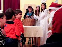 08 A gyerekek kézhezkapták a megérdemelt csomagjaikat.JPG
