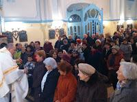 Bodó Zoltán atya minden Erzsébetnek gratulál és egy szál piros rózsát nyújt át.JPG