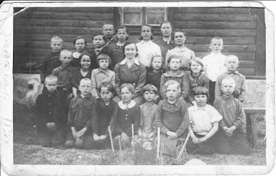 В центре учительница Т. Аус, рядом с ней слева сидит Ира Гладышева, дальше Пузанова Нина. В первом ряду пятая слева Тамара Минина, справа от неё Рогова Тамара. Первый в верхнем ряду справа Смирнов Женя, левее рядом Крючкова Лида. Евгения Минина во втором ряду вторая слева, а слева от нее Корнилов.Большая Жердянка16 мая 1938(из личного архива В. Гонтарь)