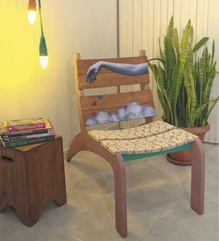 Cadeira de madeira customizada com renda e colagens