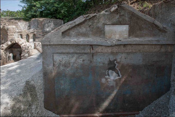 Αρχαιολόγοι έφεραν στο φως τον  «καλύτερα διατηρημένο νεκρό» της Πομπηίας που χρηματοδοτούσε παραστάσεις στα ελληνικά -ΦΩΤΟ-
