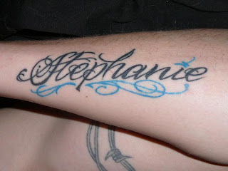 Dy fotografi me tatuazhe interesante me emra dhe shkrime të ndryshme.