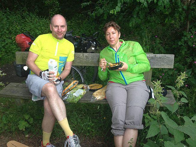 Chris & Miri: Pause bei Staintondale am Rail-Trail 'Cinder Track' zwischen Scarborough und Whitby