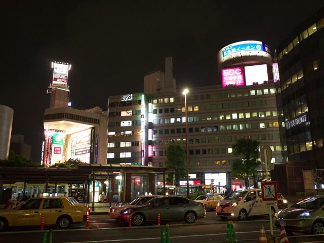 横浜駅西口のバスロータリーから見えるエキニアとヨドバシカメラ