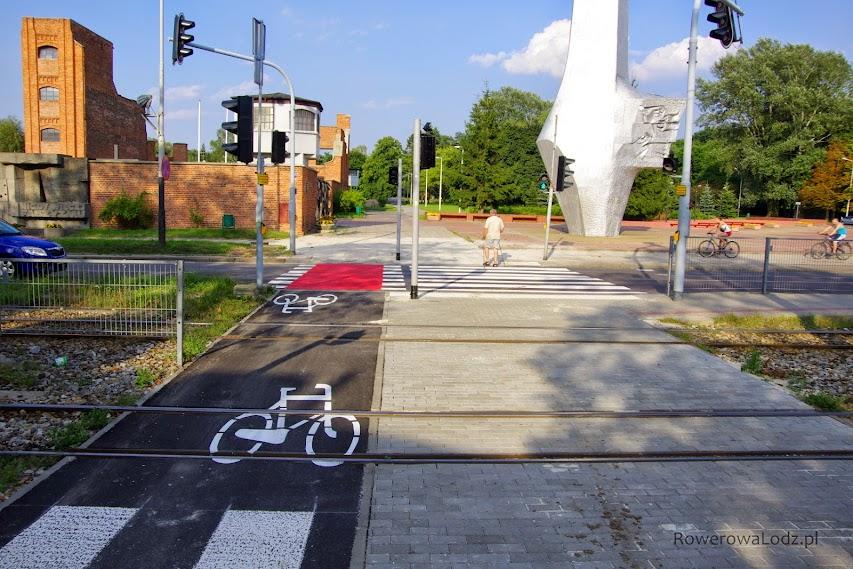 Przy placu Pamięci Narodowej obok mauzoleum radogoskiego powstał przejazd dla rowerów.