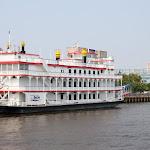 Филадельфия - исторический город. Здесь много старинных пароходов и парусников. Но этот колесный пароход на самом деле сделан уже в 21 веке.