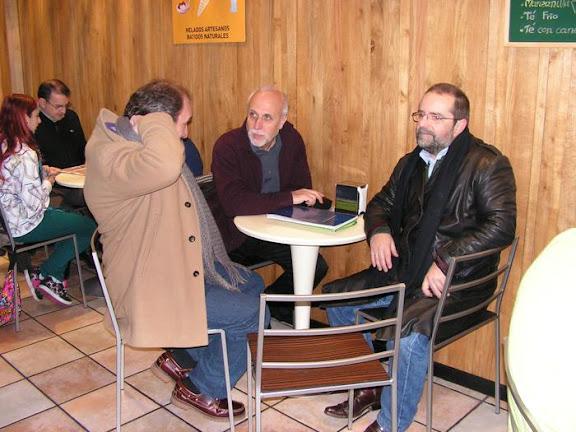 Rafel Calle, Julio González y JJMartínez Ferreiro en una cafetería en León