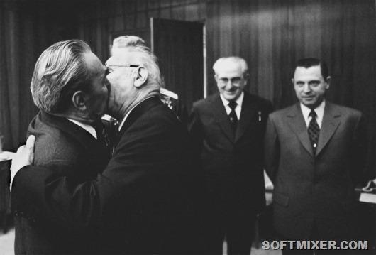 """Подгорный Н.В. вручает """"Маршальскую звезду"""" Брежневу Л.И., 1975 г."""