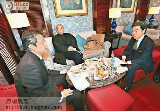 許仕仁(中)日前與代表他的大律師蔡維邦(右)到金鐘午餐。