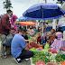 Bersama Istri, Yos Adrino Belanja dan Berdiskusi dengan Pedagang dan Pembeli di Pasar Ulu Air