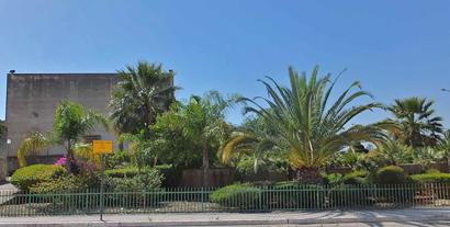 Gibellina - Ein schöner Garten umrahmt die schroffe 'Chiesa di Gesù e Maria'