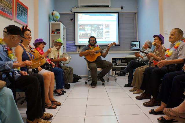Grupo Historias do Meu Tempo Professor Leonardo (centro)