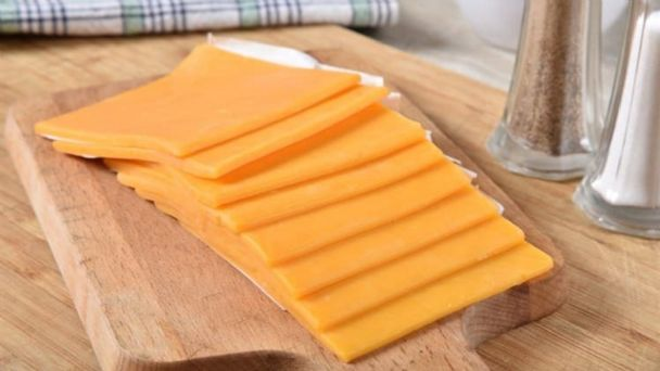 Profeco exhibe marcas de quesos amarillos que contienen más agua y grasa que leche