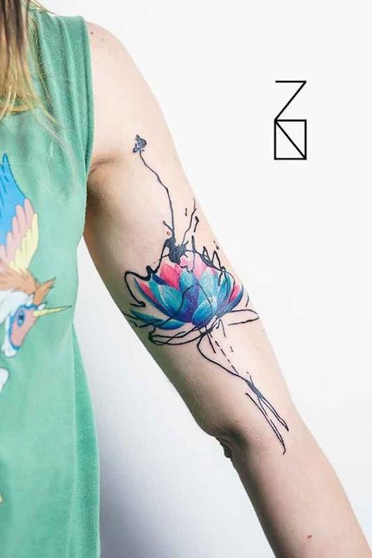azul_cor-de-rosa_lotus_com_o_resumo_de_estrutura_de_tpicos_de_bceps_tatuagem