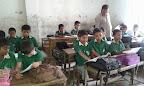 Bambini di una classe con il maestro di Shuktara