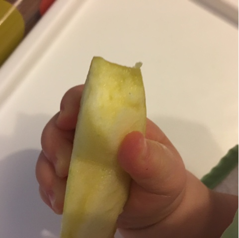 Baby verschluckt sich an Apfel