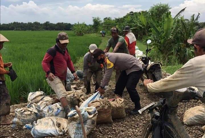 Antisipasi Banjir, Anggota Polsek Kertajati dan Warga Gotong Royong Perbaiki Saluran Air