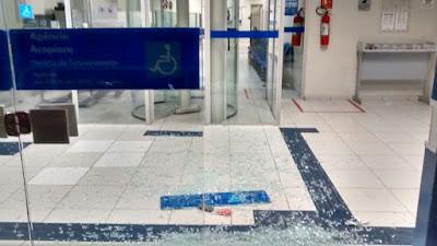 Agência da Caixa Econômica de Acopiara-Ce tem porta de vidro estilhaçada